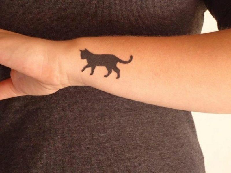 Tattoo auf Unterarm Frau schwarze Katze