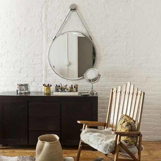 schlafzimmer gestalten ideen accessoires möbel skandinavischer stil stuhl aus holz spiegel