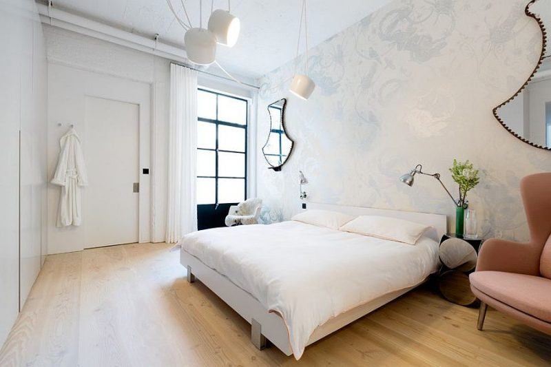 schlafzimmer gestalten einrichtungsideen bett lampe sessel wandtapete
