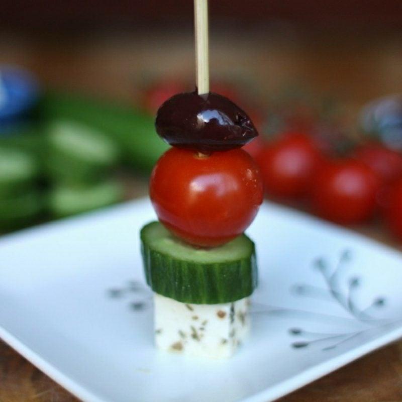 Party Snacks Häppchen mit Mozarella Tomaten Oliven und Gurke