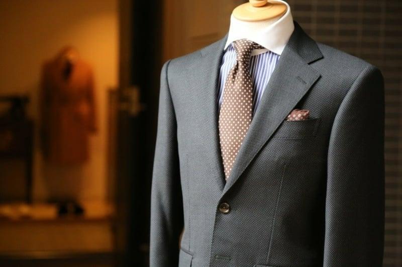 was-brauchen-sie-zum-schneidern-grauer-anzug-braune-krawatte-mode-hemd