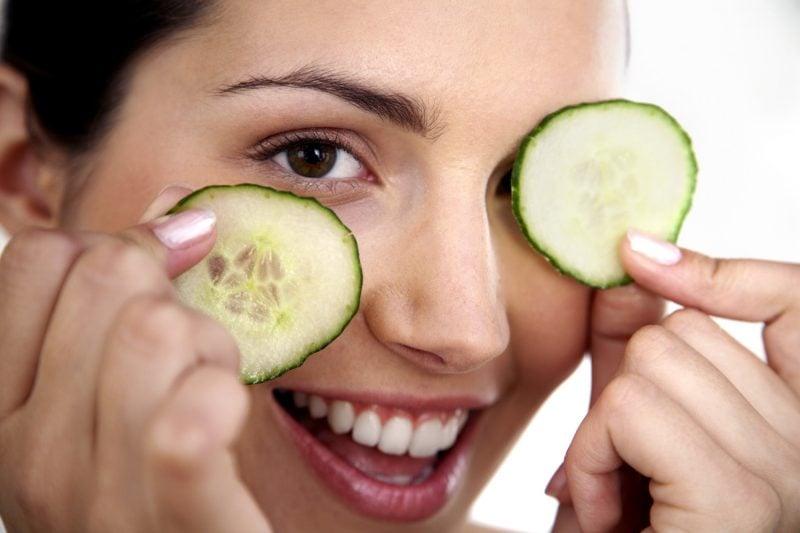 Was tun gegen Augenringe - Gurke auf Augen