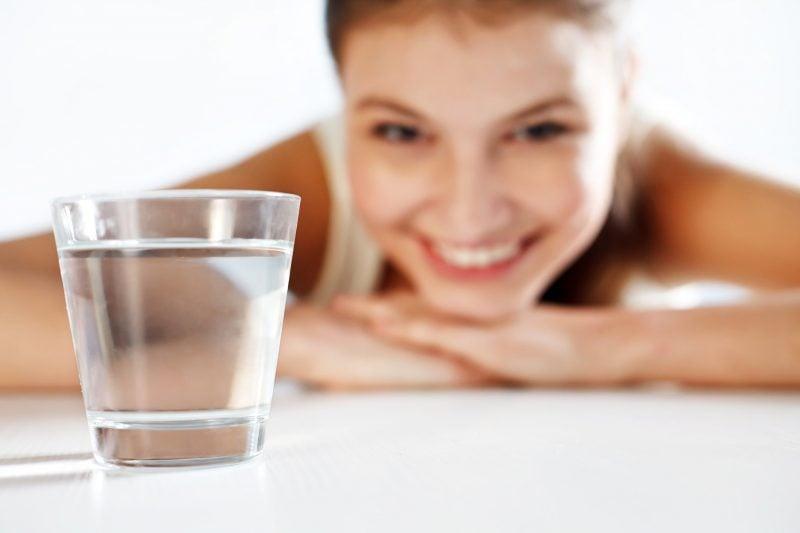 Was tun gegen Augenringe - mehr Wasser trinken