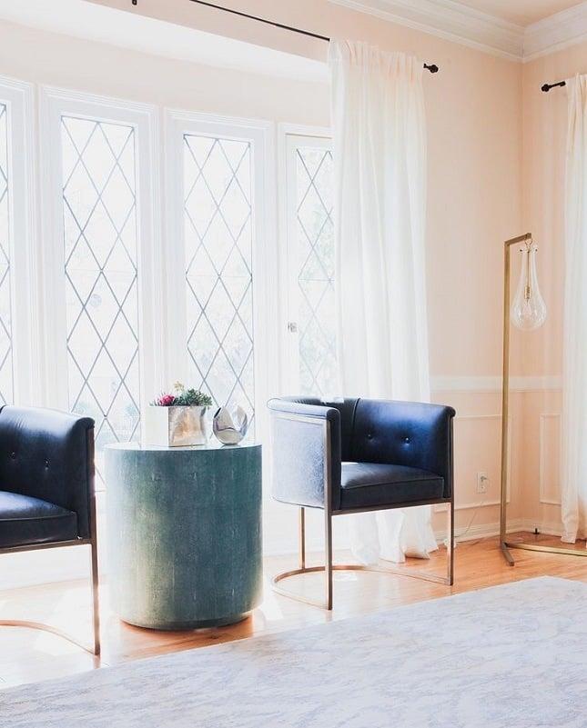 wohnzimmer gestalten ideen beistelltisch blau sessel