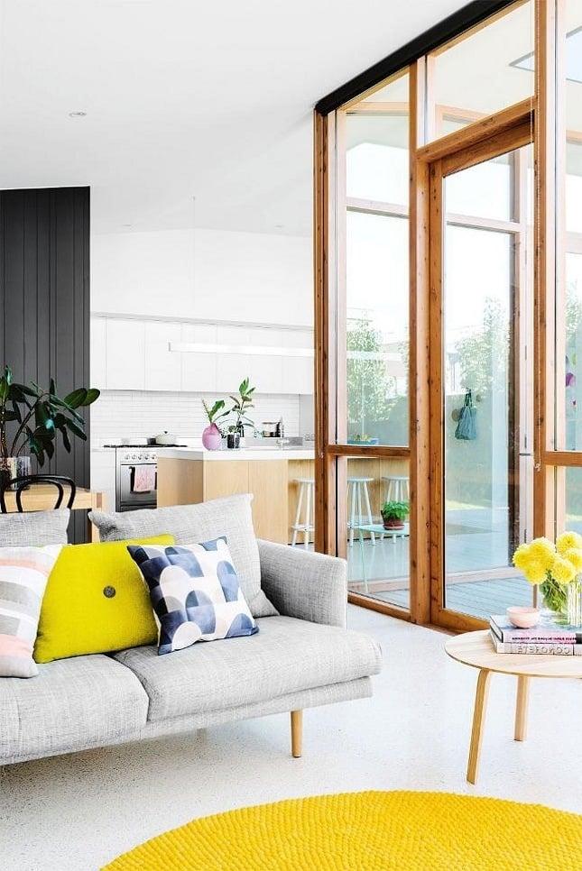 farbenfrohe Kissen als Frühlingsdeko im Wohnzimmer