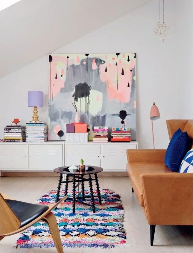 farbenfrohe Wandgestaltung als Frühlingsdeko im Wohnzimmer