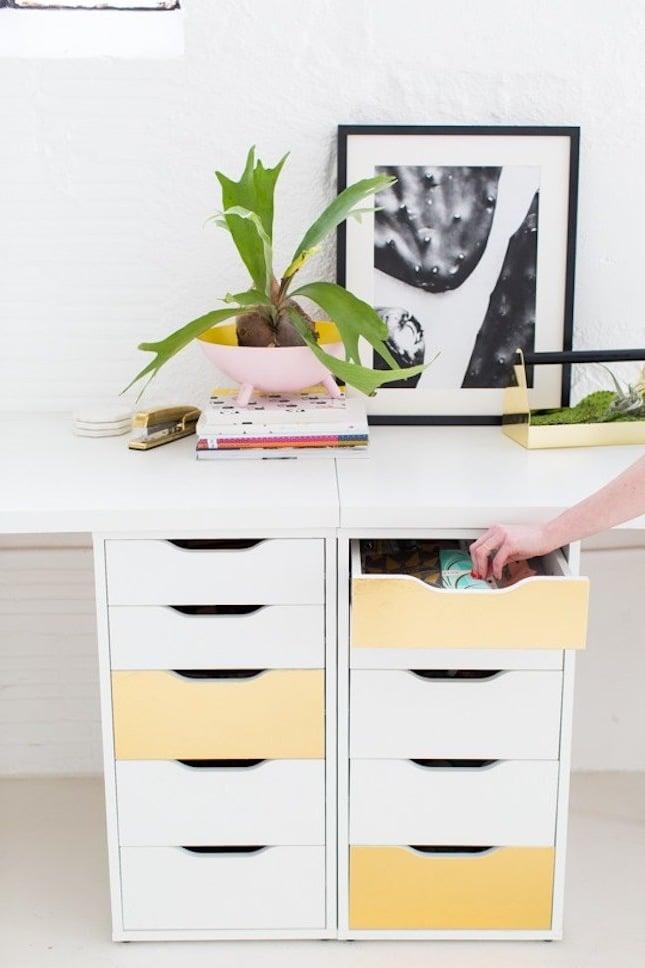 Ikea Hacks für Frühlingsdeko im Wohnzimmer: farbenfrohe Möbel
