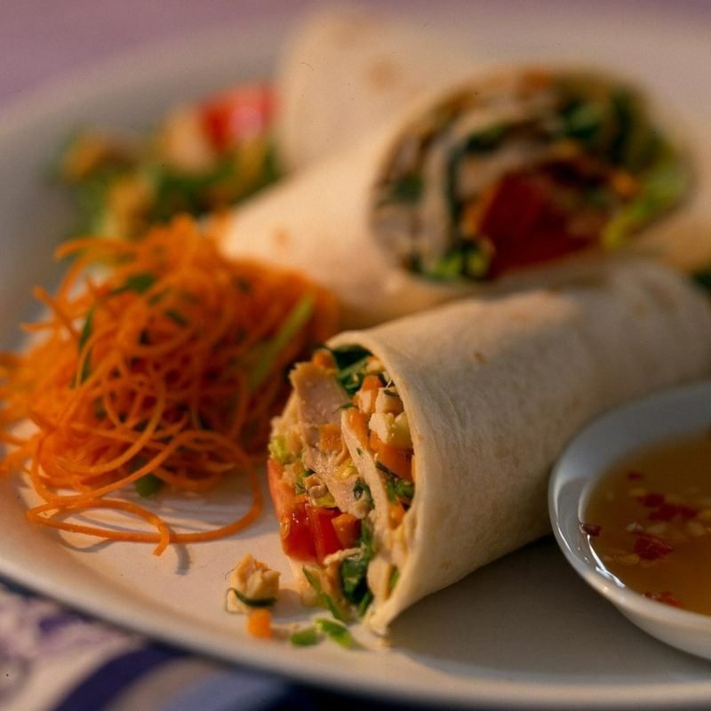Eine kalorienarme Low Carb-Alternative zu den Tortilla-Wraps sind Salat-Wraps.