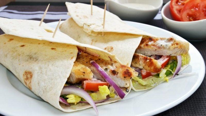 Der südamerikanische Tortilla ist ein gebackener Mais- oder Weizenfladen und wird häufig wie Brot zu pikanten Gerichten serviert.