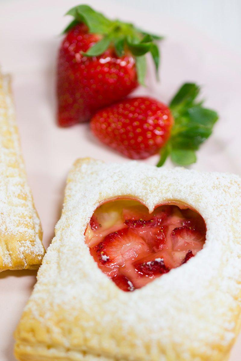 Backen zum Muttertag Erdbee-Vanille-Blätterteittasche Rezept