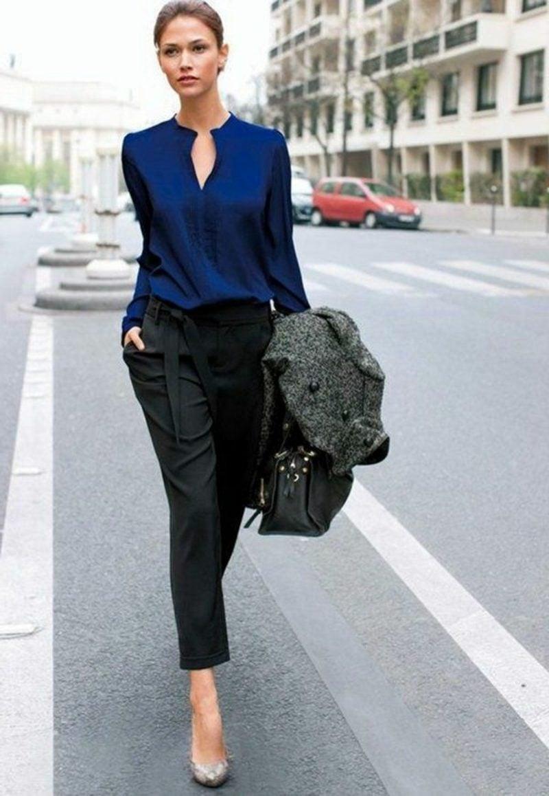Frau Dresscode Business Casual elegante dunkelblaue Bluse und schwarze Hose