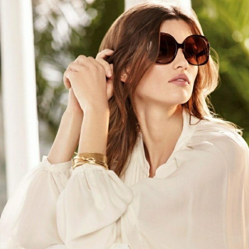 Business Casual Outfit Frau elegante weisse Bluse Sonnenbrillen