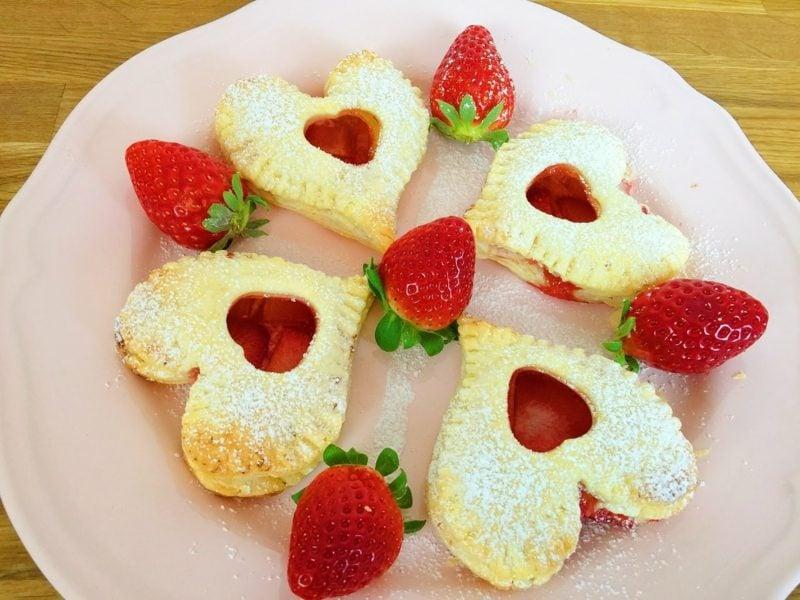 Backen zum Muttertag Blätterteigherzen mit Erdbeeren