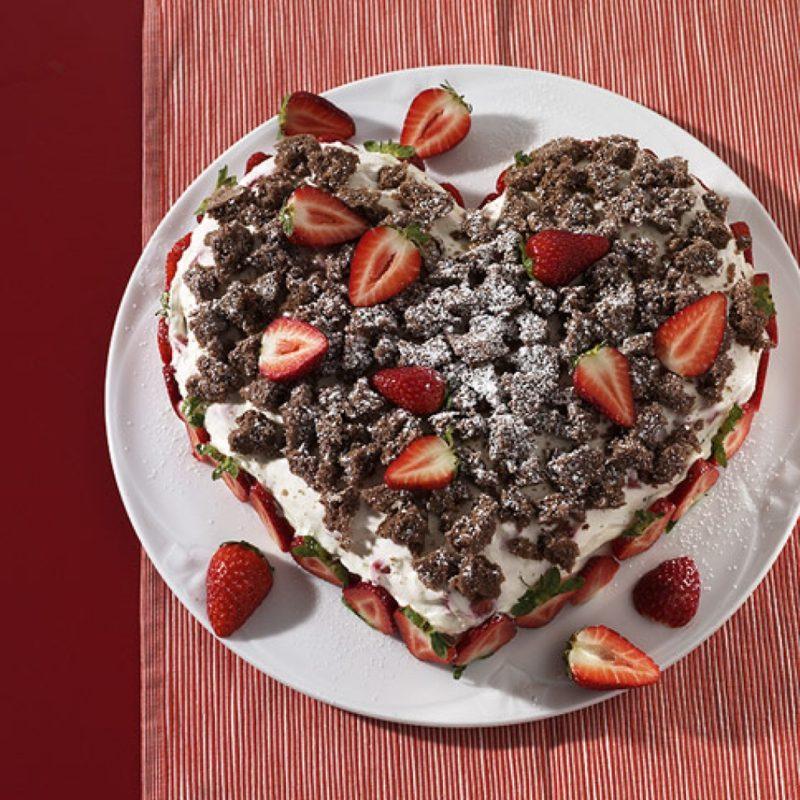 Backen zum Muttertag Herztorte mit Erdbeeren und Schokolade