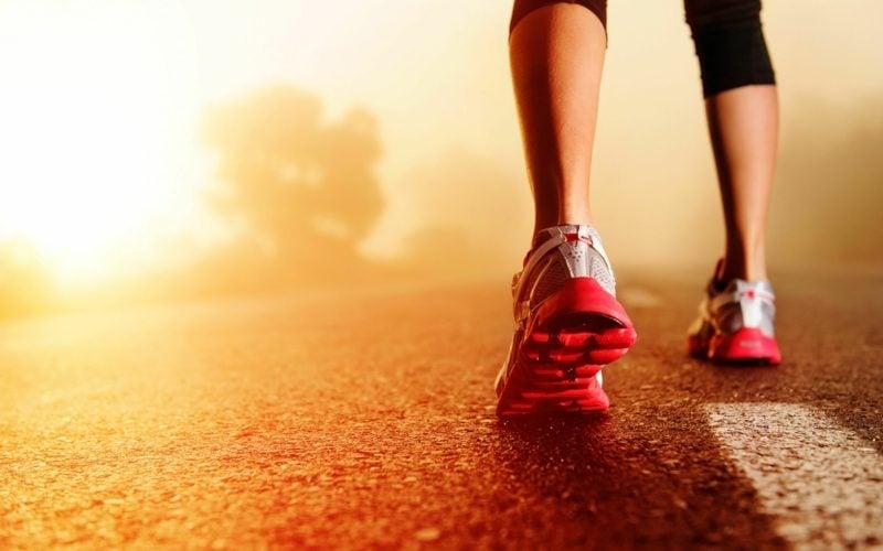 Joggen anfangen die Rolle der Schuhe und Sportbekleidung