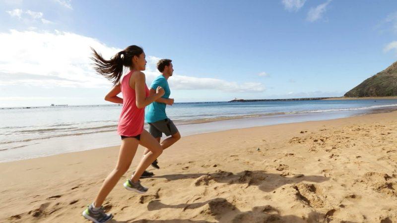 Joggen anfangen Mann und Frau am Strand