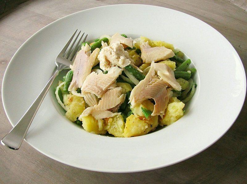 Karfreitag Essen Kartoffelsalat mit Forellenfilets und Bohnen