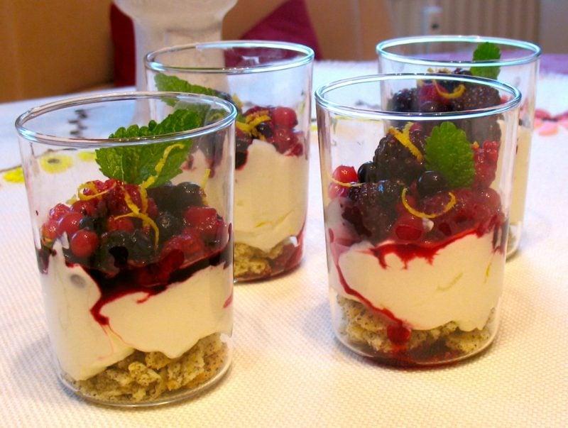 Muttertag Desser frisches Obst Joghurt Müsli