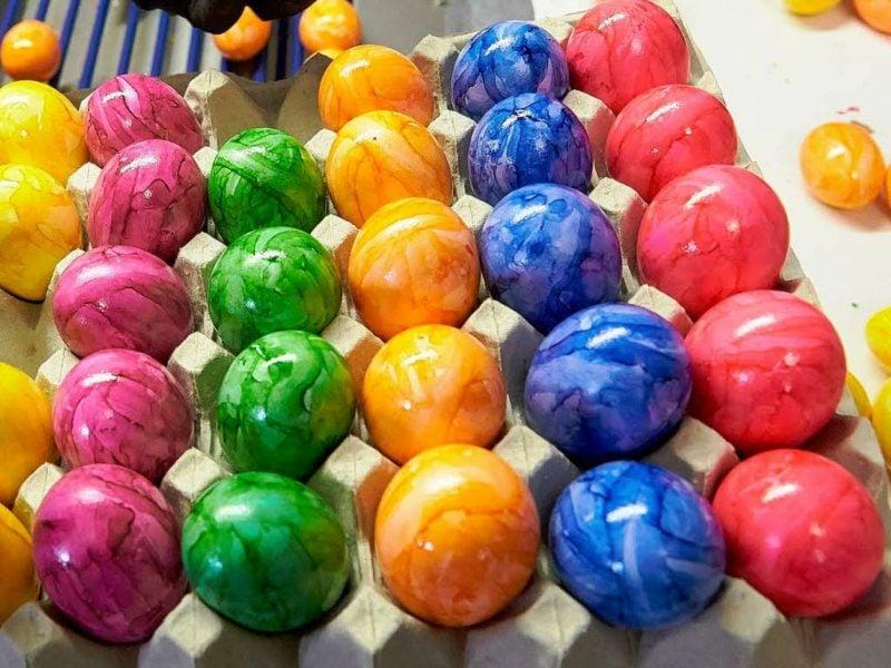 Ostereier färben mit Naturfarben Verzierungstechniken Marmorierung