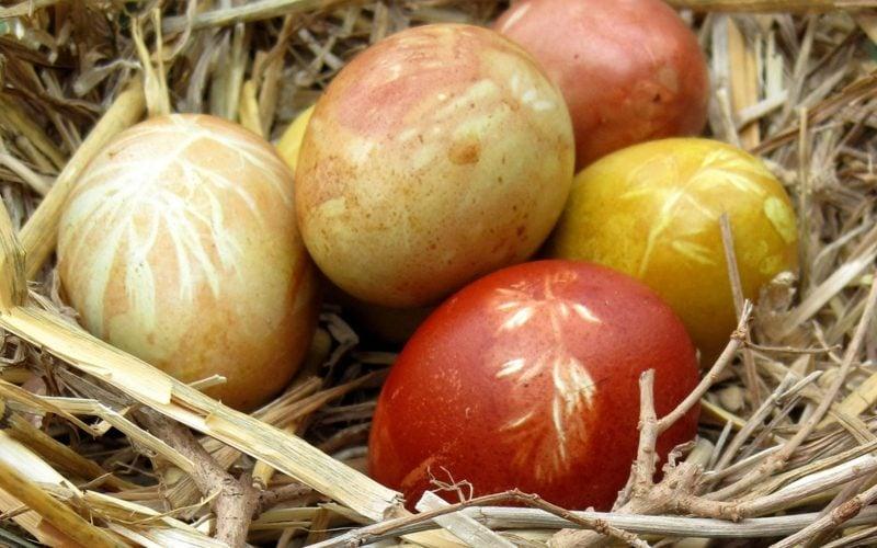 Ostereier färben mit Naturfarben rot und goldbraun
