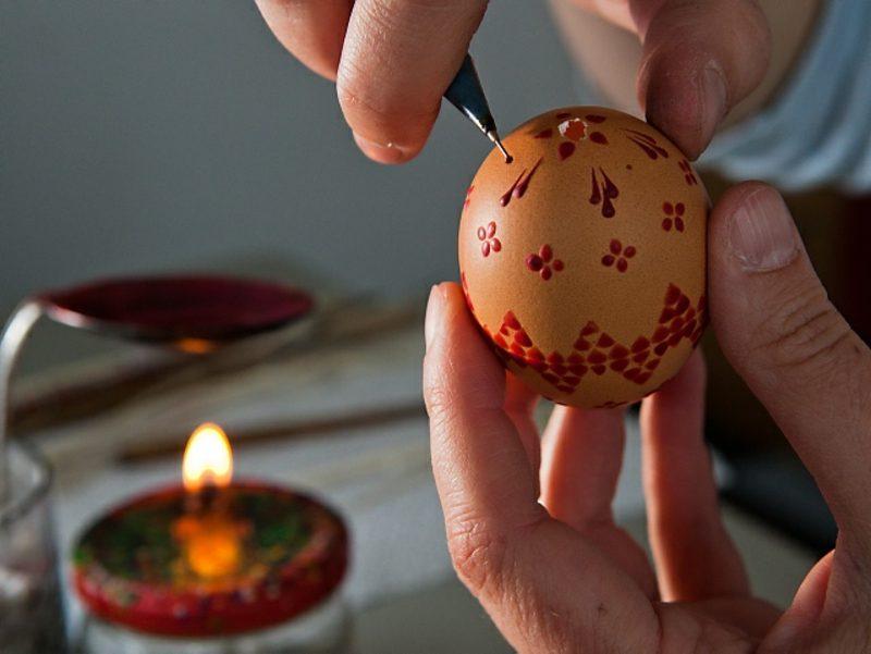 Eier färben und mit Wachs dekorieren