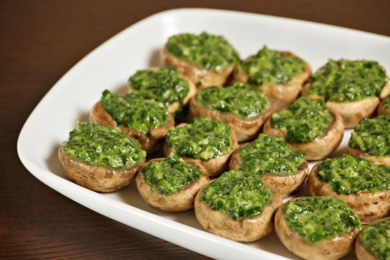 Karfreitag Feiertag Gerichte Pilze, gefüllt mit Spinat