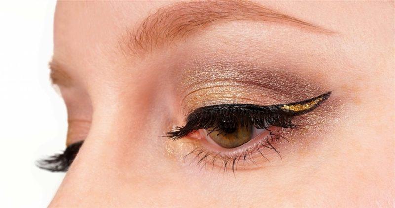 Augen richtig schminken Eyeliner goldene Lidschatten