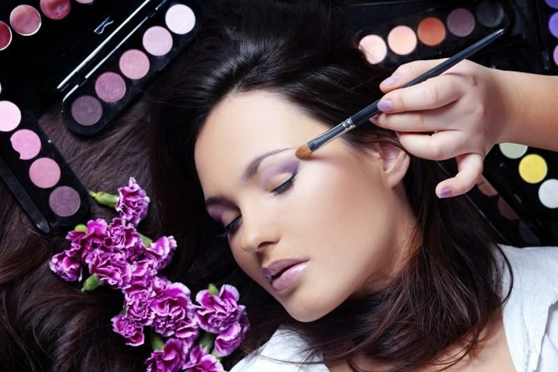 Augen Make-up Anleitung lila Lidschatten auftragen