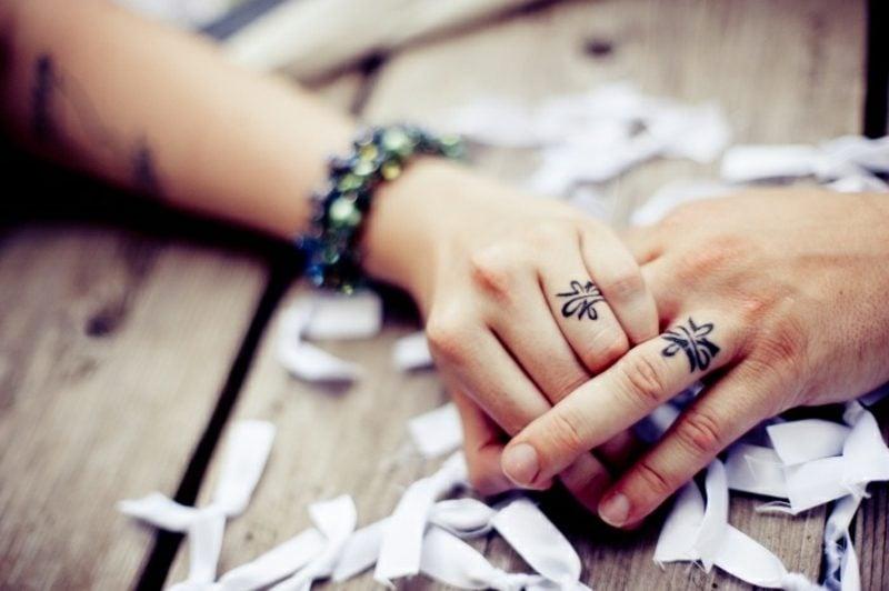Partner Tattoos stilisierte Hochzeitsringe