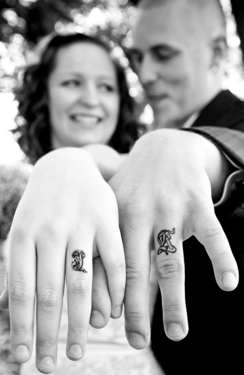 Partner Tattoos Initiale statt Hochzeitsringe