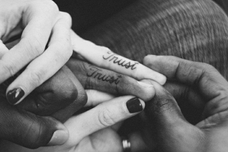 Partner Tattoos Schrift auf Englisch Vertrauen