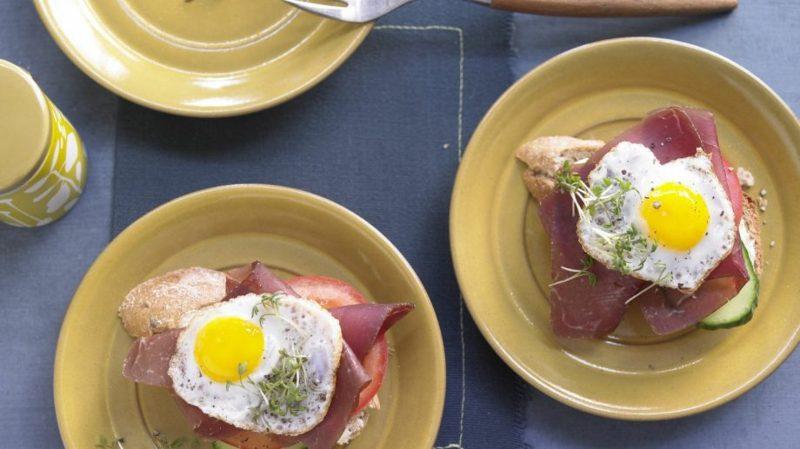 Wachteleier kochen warme Toasts mit Schinken