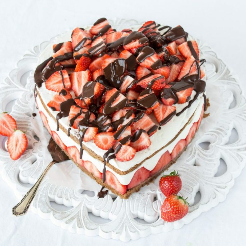 Backen zum Muttertag Herztorte mit Schokolade und Erdbeeren