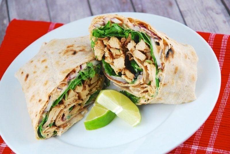 Tortilla Rezept Rollen mit Hühnerfleisch und Salat