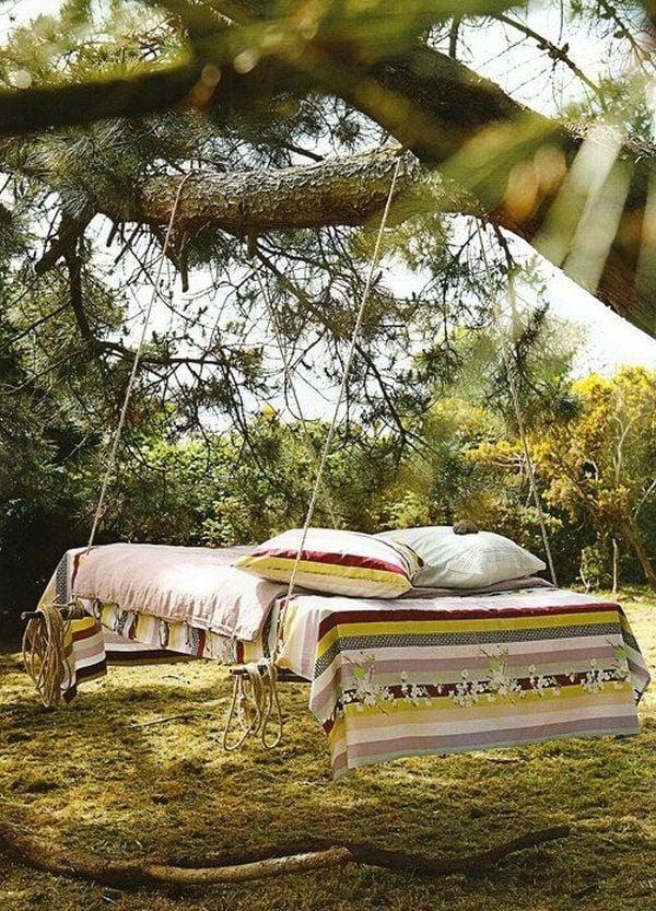 Bett aus Paletten im Garten - Wohlfuhloase