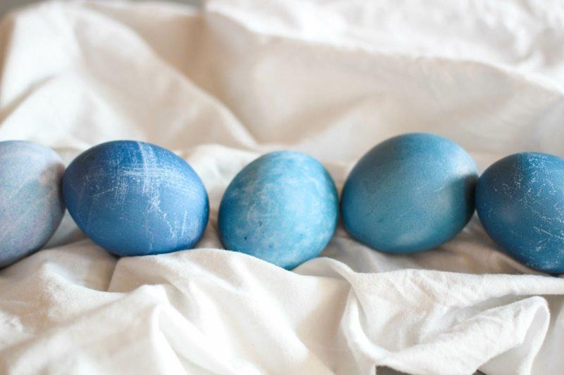 Ostereier färben mit Naturfarben blau Heidelbeersaft