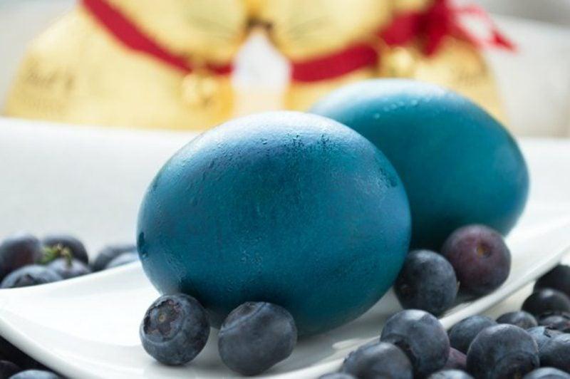 blaue Ostereier färben mit Naturfarben Heidelbeersaft nutzen