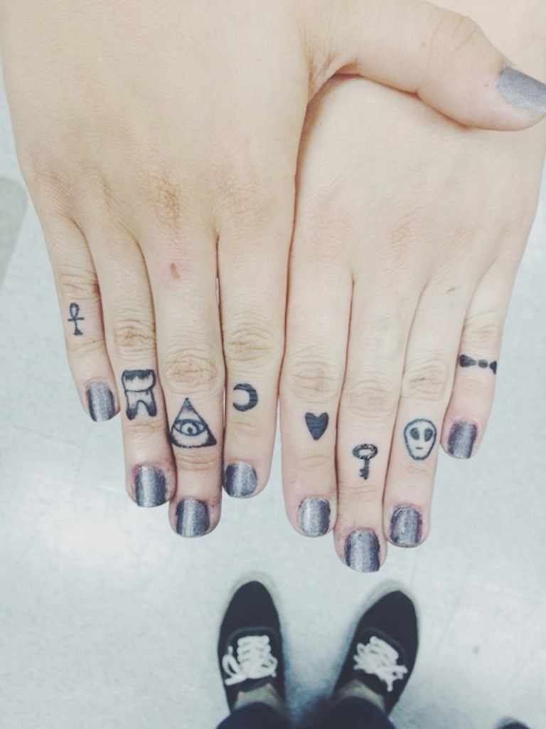 Finger Tattoo auf jedem Finger