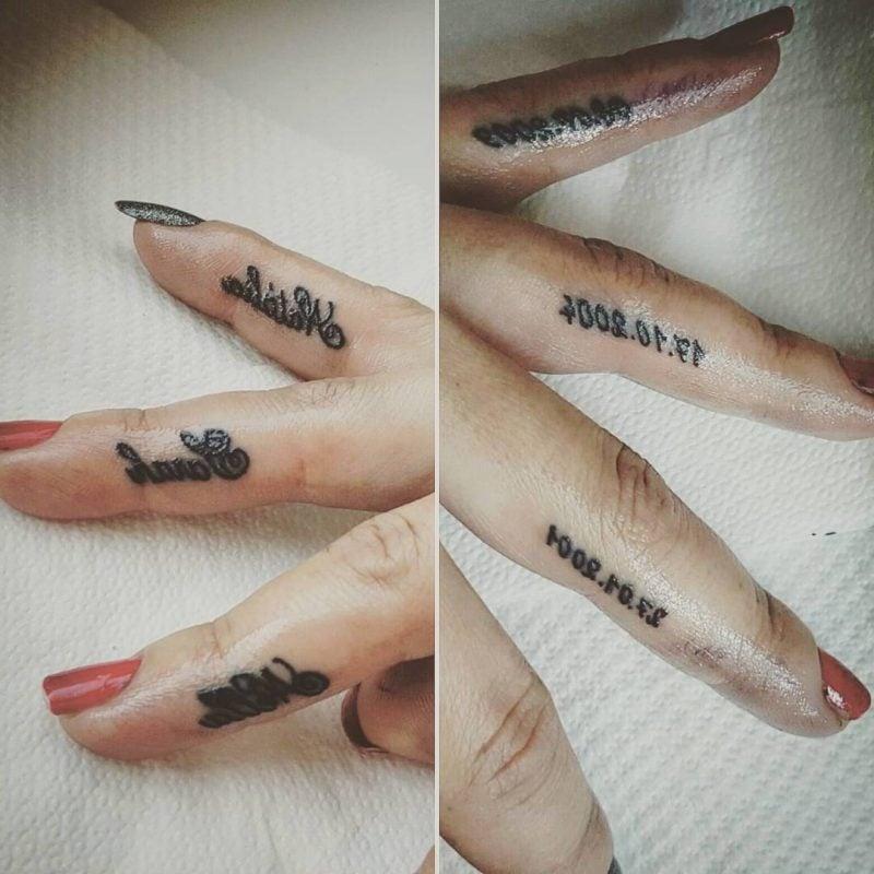 Finger Tattoo Namen und Daten