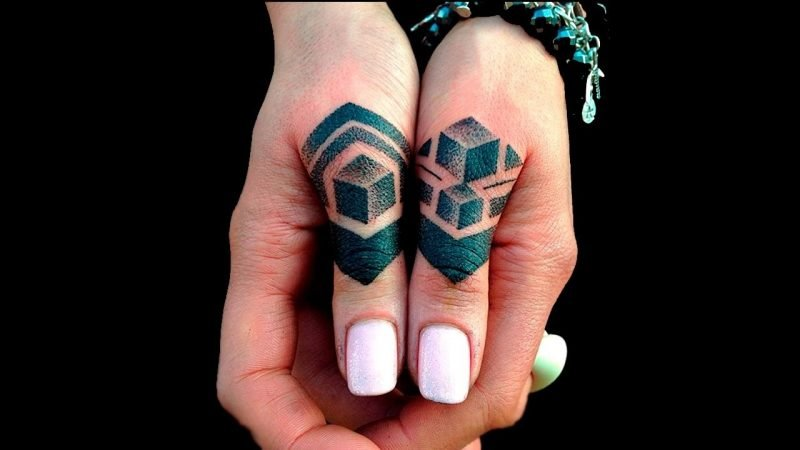 Finger Tattoo Pyramide