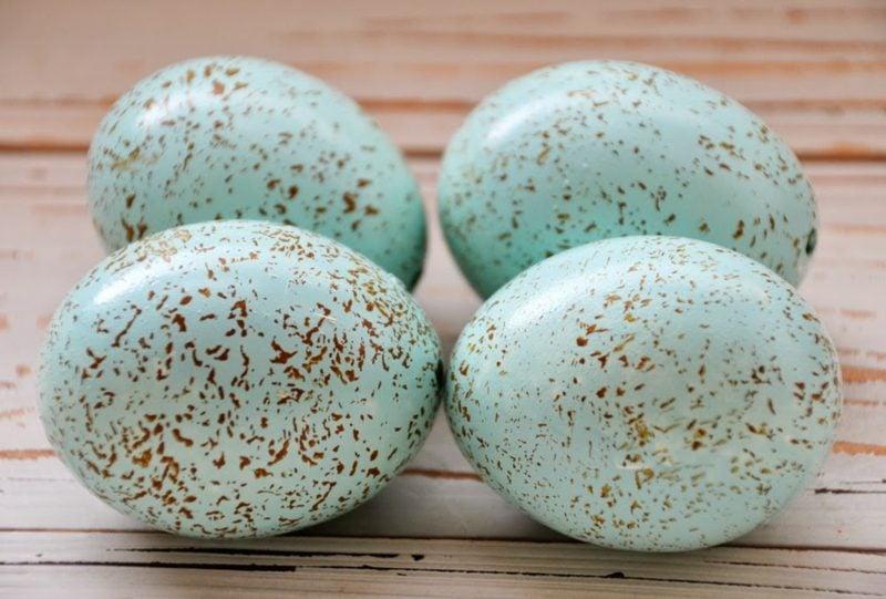 Ostereier färben mit Naturfarben hellblau gesprinkelt