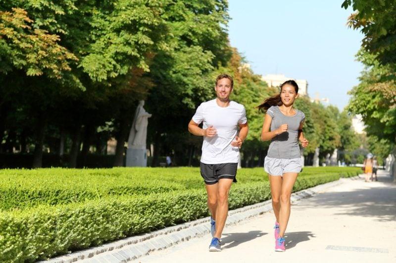 Joggen anfangen im Park Mann und Frau