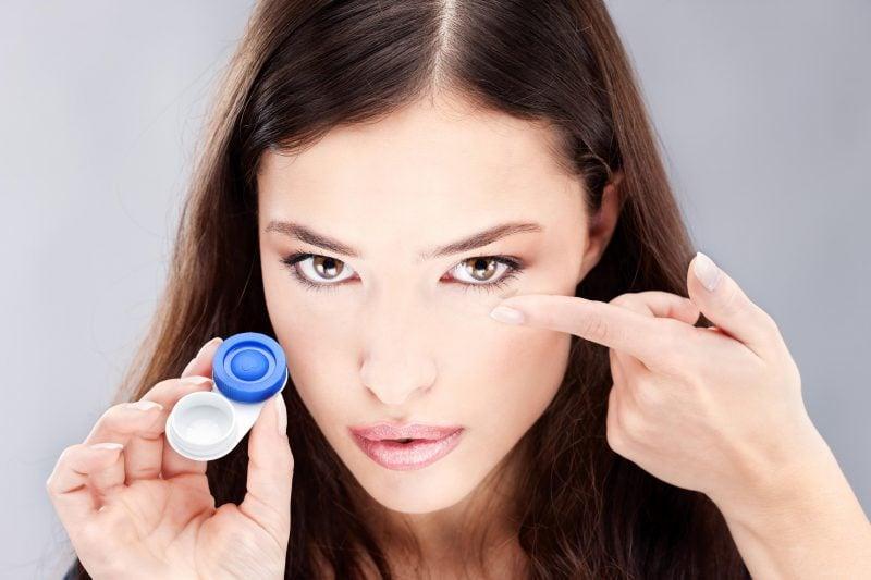 Kontaktlinsen aufsetzen und abnehmen - Tipps