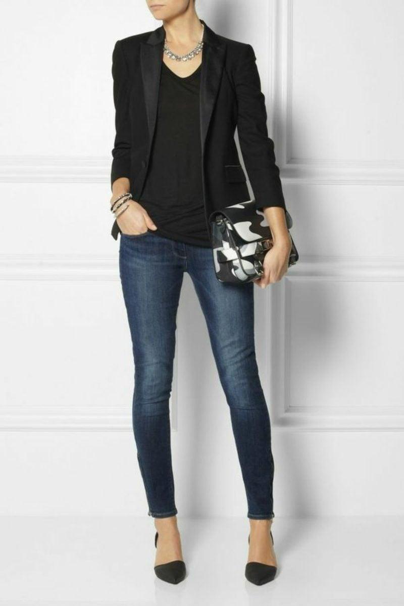 Frau Dresscode Business Casual Jeans elegante schwarze Bluse