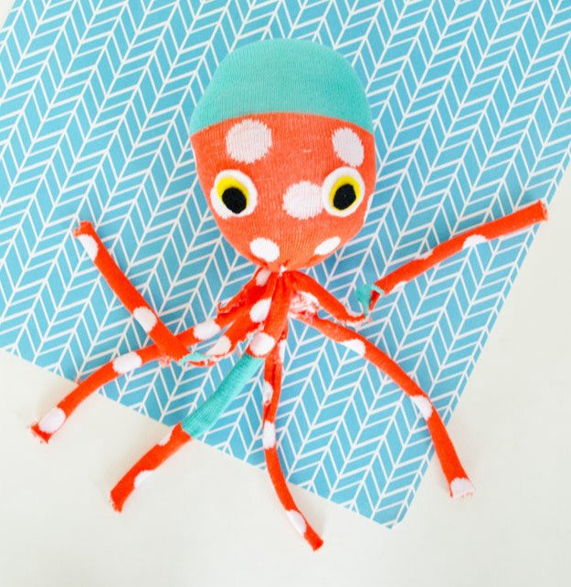 kuscheltier n hen octopus pl schtier aus socken anleitung diy zenideen. Black Bedroom Furniture Sets. Home Design Ideas