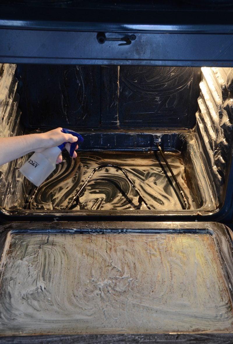 ofen reinigen mit backpulver backofen reinigen oder wie der backofen wieder sauber wird. Black Bedroom Furniture Sets. Home Design Ideas