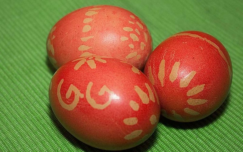 Ostereier färben mit Naturfarben rot Muster Zitronensaft