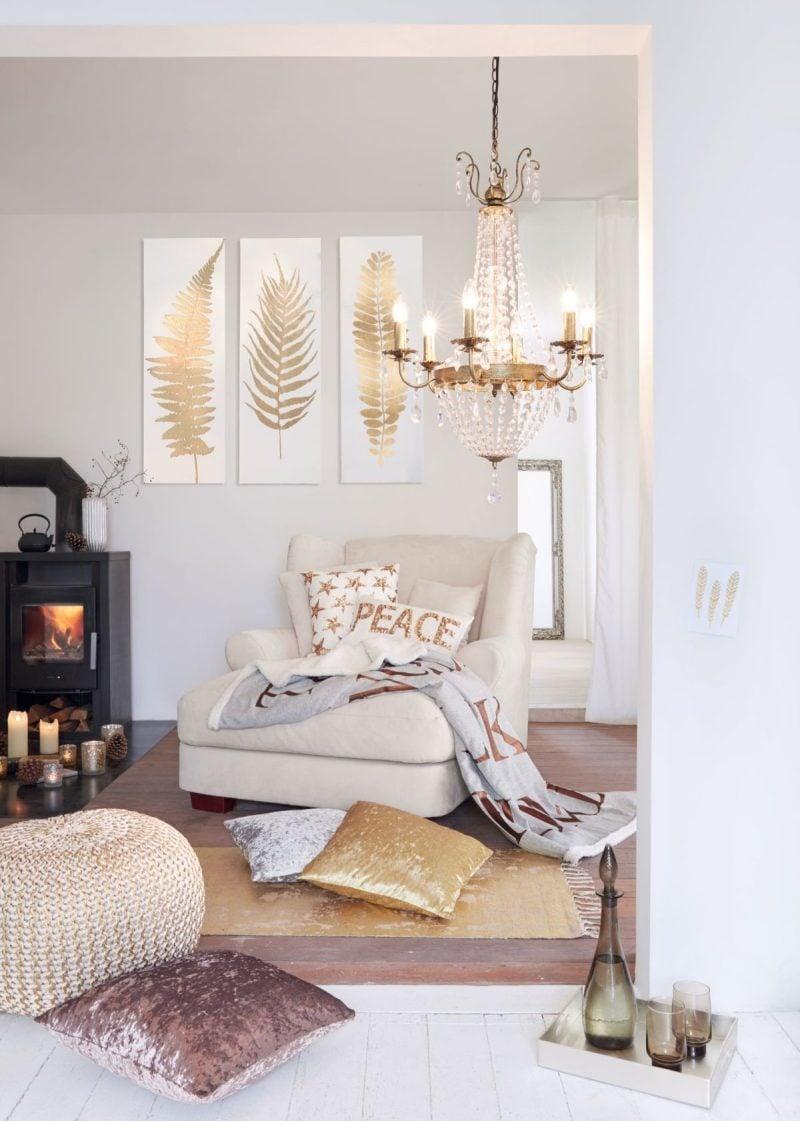 Kuschelige Decken und gemusterte Dekokissen setzen Akzente im kleinen Wohnzimmer