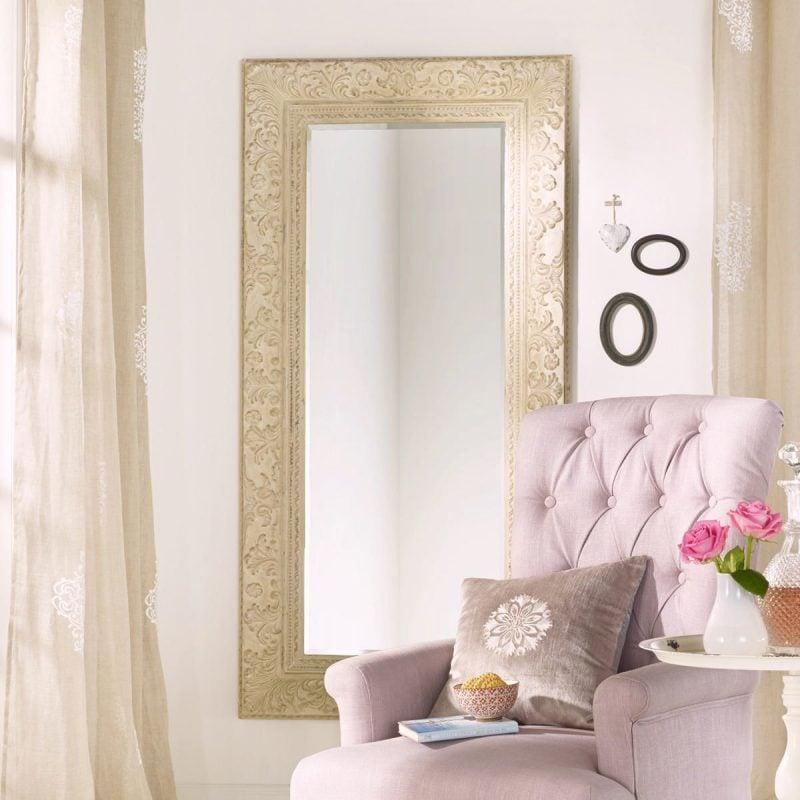 Wohndeko für kleine Wohnung: Der Spiegel verdoppelt die Raumgröße, verleiht Licht und Farbe der Wohnung