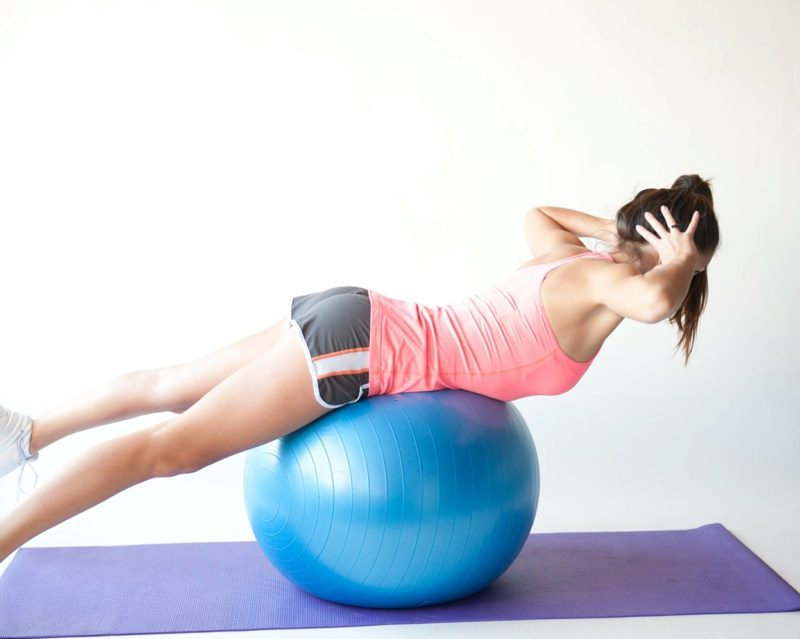 Übungen zum Abnehmen für Zuhause Pilates Gymnastikball Übungen Bauch und Beine